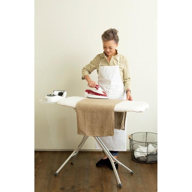 有元葉子さんもおすすめ シンプル麻混カバー付きアイロン台 アイロンかけ面サイズは約幅90×奥行41×厚み6cmです。