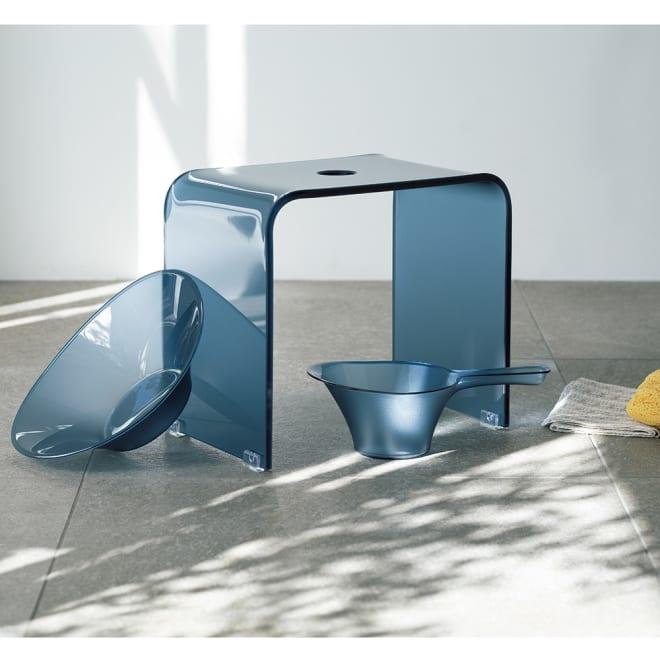 フォスキア バスシリーズ バスチェア&洗面器 コーディネート例 (イ)ブルー ※写真はバスチェアM 。手桶は商品に含まれません。