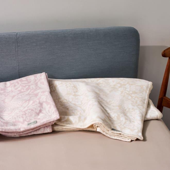 ピュア・モリス 綿毛布〈ピュアいちご泥棒〉 左から(イ)ミルキーピンク (ア)アイボリー