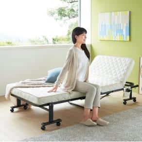 組立不要 立ち座りしやすい折りたたみベッド 写真