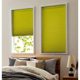 遮光・断熱ハニカム構造の小窓用シェード(イージーオーダー)(1枚) (ア)オリーブ 遮光タイプで寝室にもおすすめ。