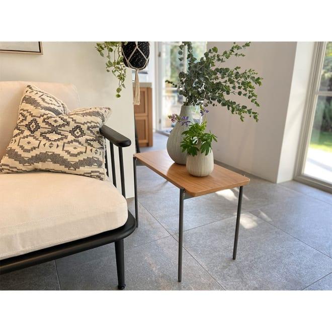 北欧調 スタイリッシュソファシリーズ リクト天然木サイドテーブル オーク コーディネート例 ※お届けはサイドテーブル(オーク)です。写真は別売りのソファとの組合せです。