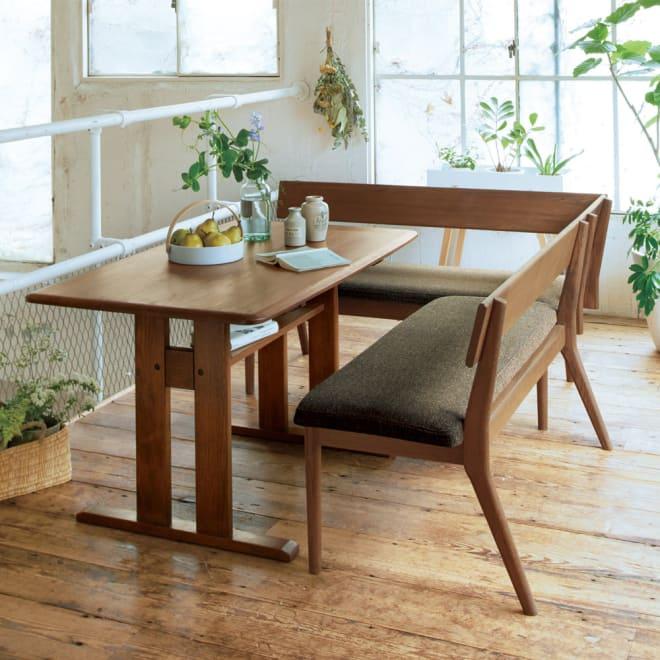 ナチュラルリビングダイニングシリーズ ダイニングテーブル コーディネート例(イ)ブラウン ホワイトオーク無垢材を使用した上品でナチュラルな心地良さ。 ※お届けはダイニングテーブルです。写真は別売りの背付きベンチ・左カウチとの組合せです。
