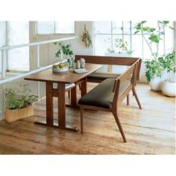 ナチュラルリビングダイニングシリーズ 座って左肘カウチ(洗える座面カバー付き) コーディネート例(ウ)木部=ブラウン・座部=セピア ホワイトオーク無垢材を使用した上品でナチュラルな心地良さ。 ※お届けは左カウチです。写真は別売りのダイニングテーブル・背付きベンチとの組合せです。
