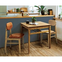 コンパクトなブルックリン風シリーズ ダイニングテーブル 幅75cm コーディネート例 心地よく使えて、機能性を失わないサイズになっています。2人暮らしにもぴったりのコンパクトな設計。 ※お届けはダイニングテーブル幅75cmです。写真は別売りのチェアとの組合せです。