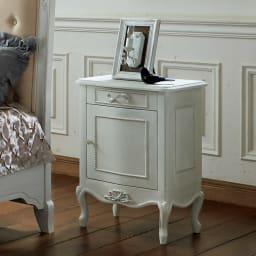 シャビーシック ホワイト フレンチ収納家具シリーズ サイドチェスト コンパクトながら美しいデザインで目を引く、シャビーテイストのサイドチェスト。
