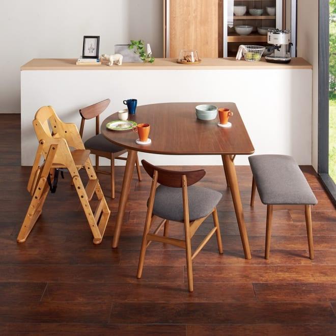 省スペース半円ダイニングテーブル幅120cm コーディネート例(イ)ダークブラウ スペースをとらない半円型なので、狭い空間にもおすすめ。角が少ないのでお子さまにも安心です。