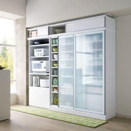 大型パントリーシリーズ スライド収納庫 ガラス扉 幅80cm コーディネート例(ア)ホワイト 開閉に場所を取らない引き戸式で、狭いキッチンでも活躍します。 ※写真の天井高さ210cm