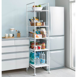 キッチンのすき間にピッタリ 幅伸縮すき間ラック 奥行49.5cm すき間や収納物に合わせて幅伸縮します。 ※写真は幅27.5~42.5奥行59.5cmタイプです。