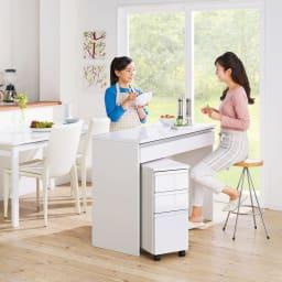 間仕切りキッチンカウンター カウンターデスク 幅120cm (使用イメージ)家族の顔が見えるアイランド型が可能。家族と向き合って会話ができ、一緒に料理も楽しめる対面仕様です。 ※お届けはカウンターデスクです。