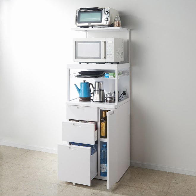 引き出しが充実!スライドテーブル付きレンジ台 収納庫ハイタイプ 引出しが充実しているので、食品、ラップ類、洗剤類のストックにも。 最下段の引出にはペットボトルも入ります。