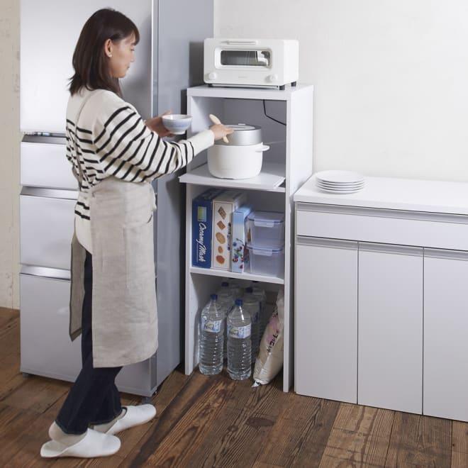 ゴミ箱上が活用できる家電オープンラック 幅44cm (イ)ホワイト ゴミ箱上の空間を家電置きに有効活用。腰をかがめず調理家電が使える高さです。 ※モデル身長155cm