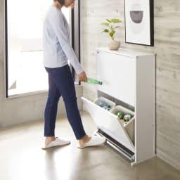 ペダル式薄型分別ダストボックス 4分別 幅63.5cm (ア)ホワイト 下段が足踏みペダル式のダストボックス。手を使わずに開閉できて、調理中のゴミ捨てに便利です。