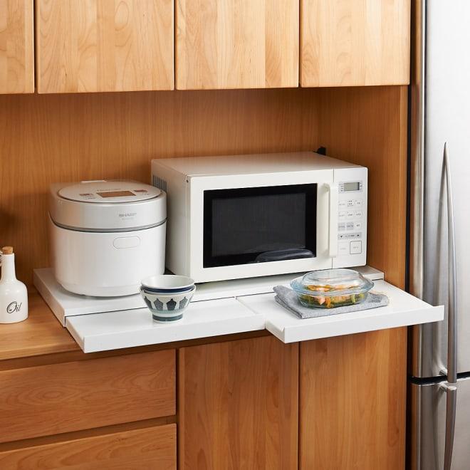 家電周りでの調理をサポートするレンジ下スライドテーブル 幅80高さ4.5cm 大型オーブンレンジの下にも設置できます。家電の下に便利なちょっと置きスペースがつくれる収納アイデア商品です。