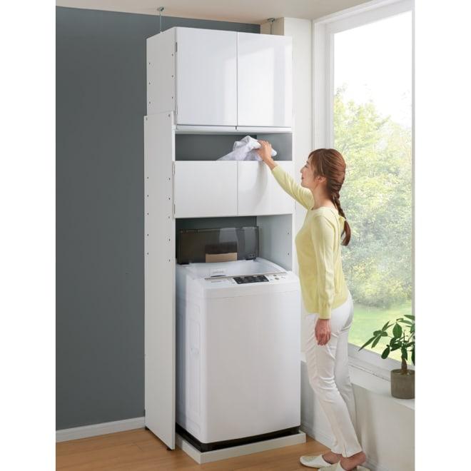 脱衣カゴが隠せるランドリーラック 幅80cm 扉を閉めたまま、扉上のすき間から洗濯物が入れられます。 幅木対応(1×9cm) 防水パン幅64cm