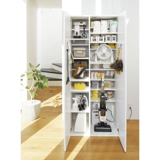 組立不要 光沢仕上げ たっぷりハウスキーピング収納庫 幅75cm・奥行55cm 段違いハーフ棚が「無駄なくぎっしり」を実現。掃除機、扇風機や季節家電、ミシン、アイロン、アウトドアグッズ、ティッシュや新聞紙などのストックやハウスキーピング用品、キッチン用品まで全部これ1台に収納できます。