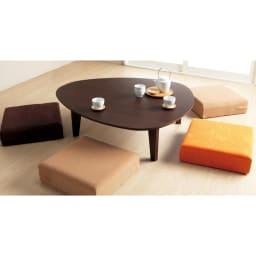 折れ脚フロアテーブルエッグ 幅90cm コーディネート例 4人で座ってもこんなにゆとりがあります。 (ア)ダークブラウン