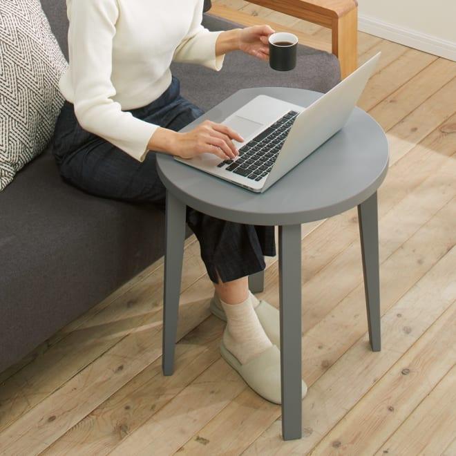 直線があるからピタッとフィット!北欧モダンな丸型サイドテーブル 愛らしく気のきいたデザインでテレワークもはかどります。 (ア)グレー マットで上品なカラーが◎ ※写真は幅50cmタイプです。