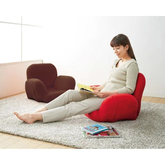すっぽり収まる肘付きリクライニング座椅子 コンパクトサイズながら、41段階の細やかなリクライニング調節で腰回りを支えるすっぽり収まりの良いチェア。 左から(ア)ブラウン (イ)レッド