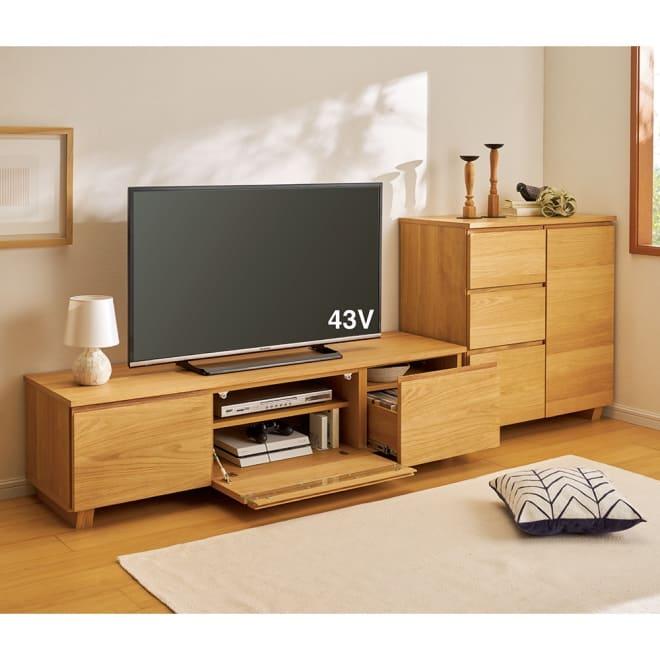 オーク天然木北欧風 キャビネットチェスト・幅80cm コーディネート例 キャビネットとテレビ台を並べて北欧調に。 ※お届けはキャビネットチェスト幅80cmです。