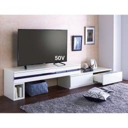 ラインスタイル伸長式テレビ台・テレビボード ロータイプ(高さ48cm) (イ)ホワイト(左タイプ)  壁一面に設置。テレビ台の下のスペースも有効活用。 ※写真は幅150~247タイプです。