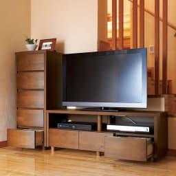 アルダー天然木アールデザインテレビ台・テレビボード 幅124cm コーディネート例(イ)ダークブラウン 前面の曲線がまあるい温かな雰囲気を醸し出します。