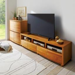 アルダー天然木アールデザインテレビ台・幅164cm 使用イメージ(ア)ライトブラウン ※お届けは(写真右)テレビ台・幅164cmです。設置テレビは50インチ