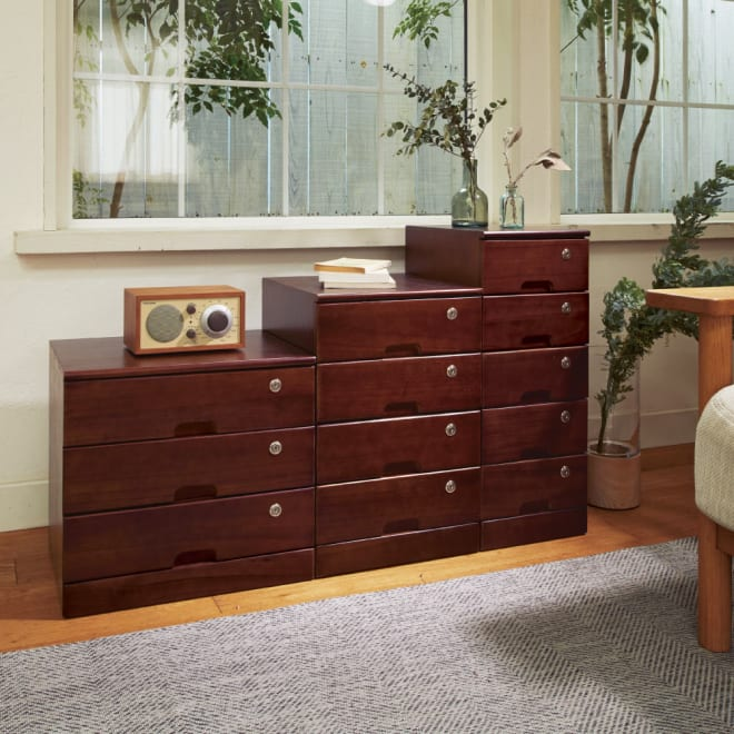 鍵付きで安心!隠しキャスター付き天然木チェスト 4段タイプ・高さ53cm コーディネート例(イ)ダークブラウン 大切な物の保管に役立つ鍵付きチェスト。 ※お届けは写真左の4段タイプです。