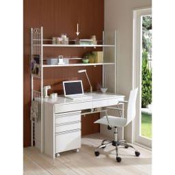 壁面を有効活用できる 幅伸縮 頑丈ラック 2段 (イ)ホワイト 写真は、別売りのデスクやチェアとのコーディネート例