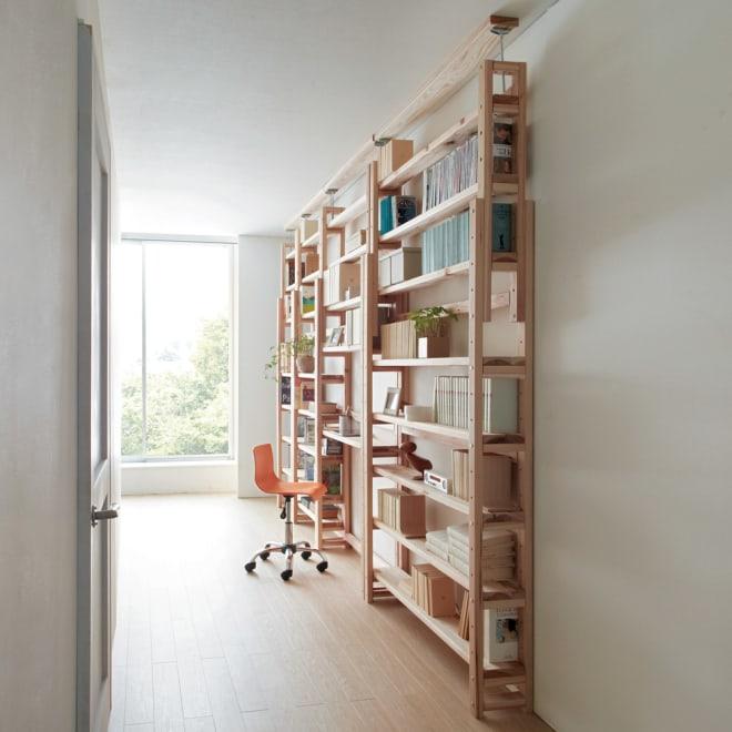 国産杉頑丈突っ張りラック(本棚) 幅99cm奥行22cm 奥行22cmの薄型タイプで廊下にも書斎スペースを。 ※写真は(奥から)幅59cm、幅74cm、幅99cm、幅119cmです。