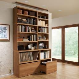 ライブラリーブックシェルフ 書棚 幅90cm 高さ179cm コーディネート例(ア)ブラウン ※写真の天井高さ250cm ※写真は上置き(別売り)を使用しています。