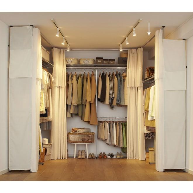ウォークイン突っ張りハンガー 幅111~200cm・ロータイプ(高さ185~245)・上下カーテン付き 185cmの低い天井から突っ張れる壁面収納クローゼットハンガー。カーテン付きなので大切な衣類を守ります。
