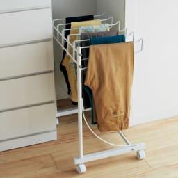 パンツ&ジーンズハンガーラック 6本掛け 幅52cm パンツをすっきり収納できる専用ハンガーラック。 薄型なのですき間に収めて縦にも使えます。(ア)ホワイト