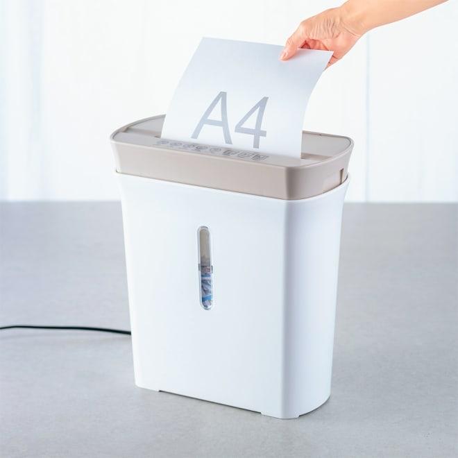 パーソナルシュレッダー A4コピー用紙最大8枚カット。高速細断で短時間処理が可能。80枚分収容できるダストボックス。