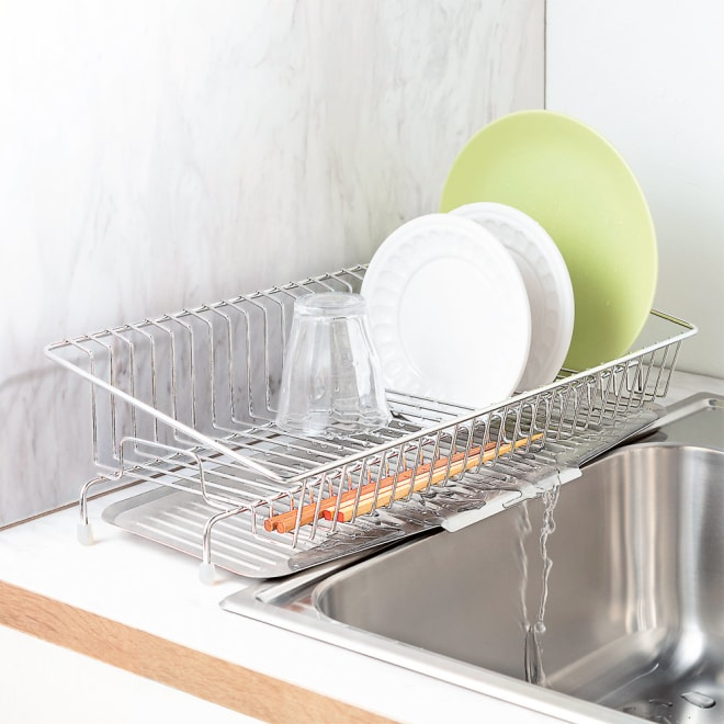 幅18cmに置ける ステンレススリム水切り 約22cmまでの皿が立てられる。