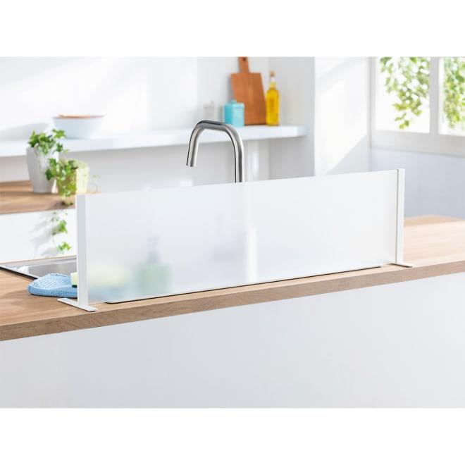 アクリル製 シンクの水はね防止ガード 擦りガラス風加工を施した、割れにくいアクリル製。