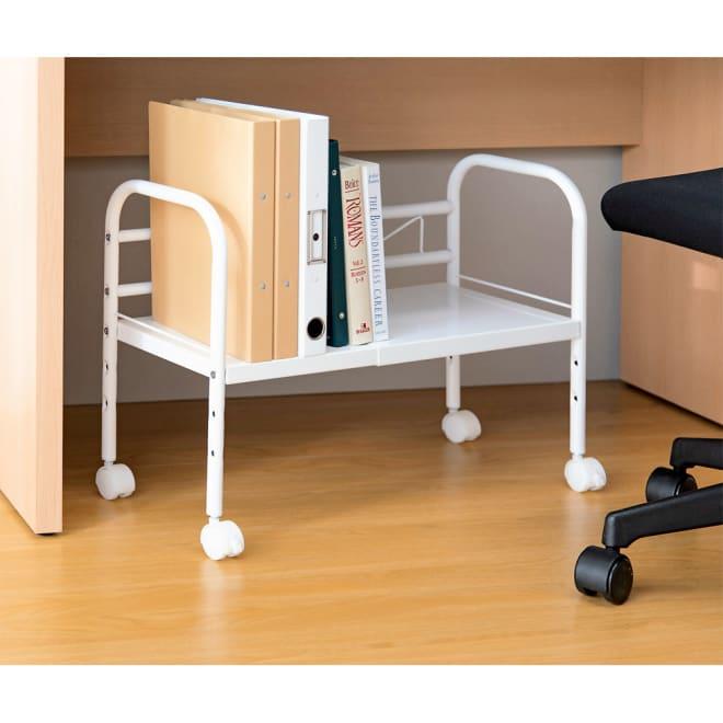 足が伸ばしやすいデスク下伸縮フリーラック (ア)ホワイト 棚板の高さは3段階に調節可。