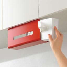 吊り戸棚下ティッシュボックスハンガー (ウ)レッド ティッシュボックスの出し入れは簡単。