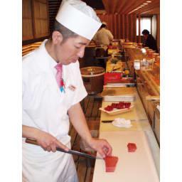 抗菌力が持続する軽くなった まな板パルト ミニ 山川忠康さんにお話し伺いました! 寿司屋で一番注意することは衛生管理。個のまな板は臭いも色も付きづらくマグロを切ってすぐに貝を切っても臭いが移らないので重宝しています。包丁の「かみ」がよく木製のまな板と変わらない使い勝手ですよ。