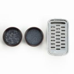 ツボエの極上おろし金 箱-hako- 大根おろし 左は一般的な製品、右は本製品を使用した大根おろしを水に溶かしたもの。きめ細やかさの違いは歴然!
