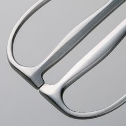 鍛造オールステンレス製 カーブキッチンバサミ 持ち手を閉じた時に生まれるすき間によって、小さな動作でラクに切れます。