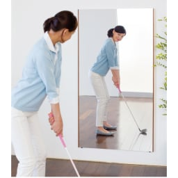 【サイズオーダー】割れない軽量フィルムミラー幅92~100cm[太枠フレーム] 割れる心配がないから、ゴルフのスイングやフォームのチェックも安心してできます。