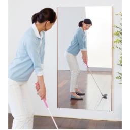 【サイズオーダー】割れない軽量フィルムミラー幅112~120cm[太枠フレーム] 割れる心配がないから、ゴルフのスイングやフォームのチェックも安心してできます。