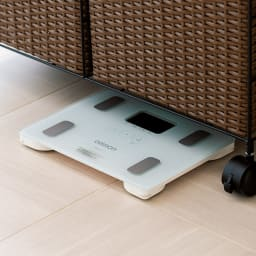 ラタン風ランドリーチェスト ワイド3段(幅74・奥行34.5・高さ80cm) ※体重計の大きさによります。 下のすき間には、体重計が収納できて便利。