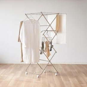 ワンピースも掛けられるステンレス製 室内物干し(日本製/大木製作所) 写真