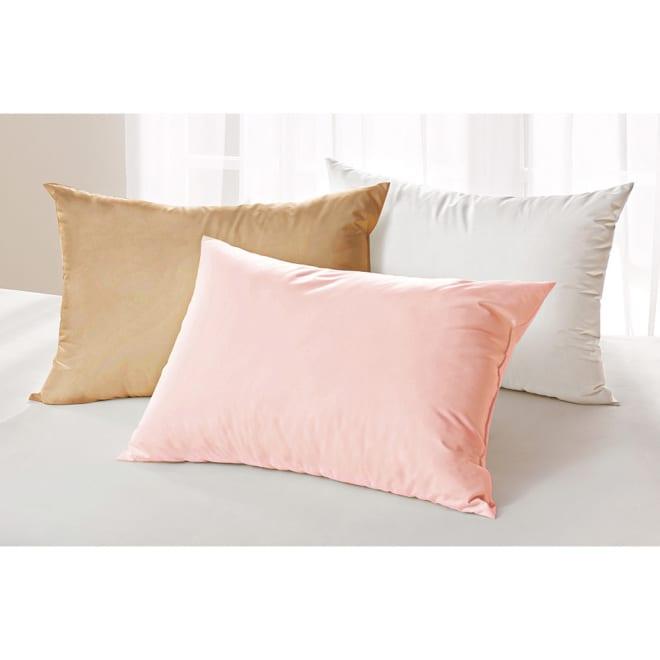 スノーホワイトプラス 枕カバー 同色2枚組 大判 手前から(イ)ベージュ (ア)ホワイト(※手前のピンクは取り扱いのないカラーになります ) ホコリが出にくい高密度ツイル生地。ピーチ加工で肌触りも良好に。 ※お届けは枕カバーです。