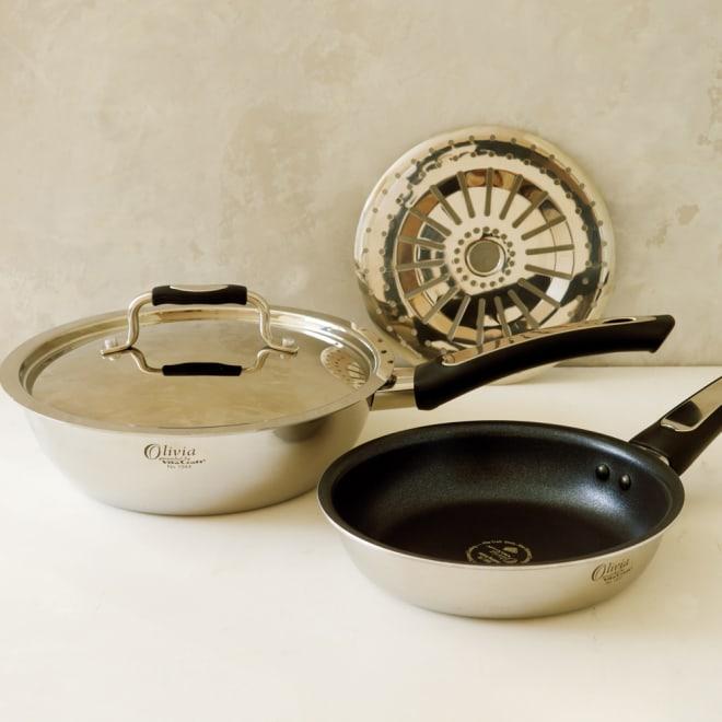 vitacraft/ビタクラフト オリビア 特別4点セット(深型24+フライパン20+無水フタ+蒸し板) 左の深型フライパン24cmは1台5役の深さ7.5cm。無水調理ができるディノス企画のステンレスふたつきです。深さがあるのでカレー6皿分も作れます!右のフライパンは20cm。小回りが利くので副菜作りに。奥の蒸し板は深型24のフライパンに入れてご使用できます。