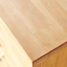 フェミニンチェスト カウンター下オープンタイプ 美しい仕上げの天然パイン材を使用した表面。天板部もなめらかなで風合いがあります。