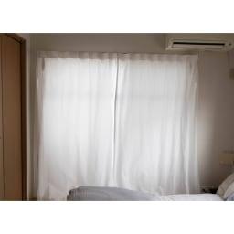 窓枠に収まる角型つっぱりアルミ物干し カーテンの後ろに隠せます。