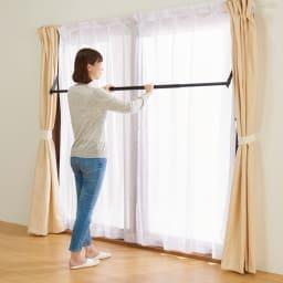 窓枠に収まる角型つっぱりアルミ物干し 使わない時は竿を下げるだけ。いちいち取り外す必要もありません。